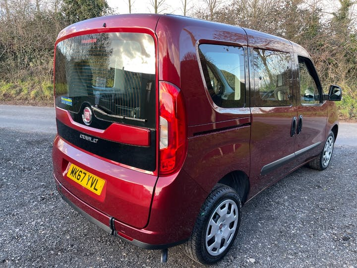 Red FIAT Doblo Easy 2017