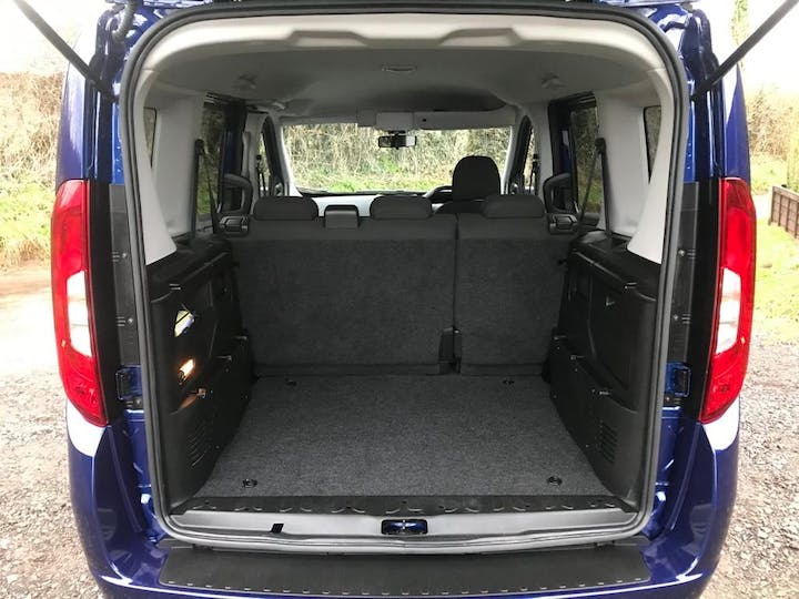 Blue FIAT Doblo MultiJet Lounge 2017