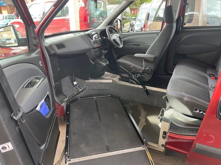 Red FIAT Doblo MultiJet Easy 2017