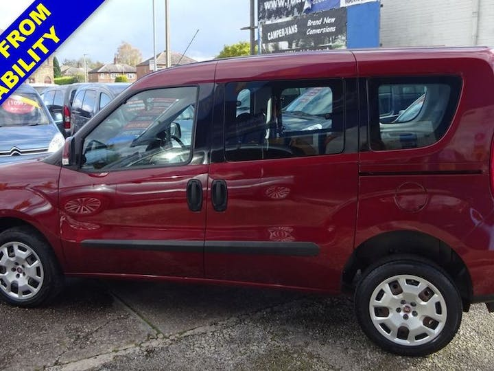 Red FIAT Doblo MultiJet Easy Dualogic 2015